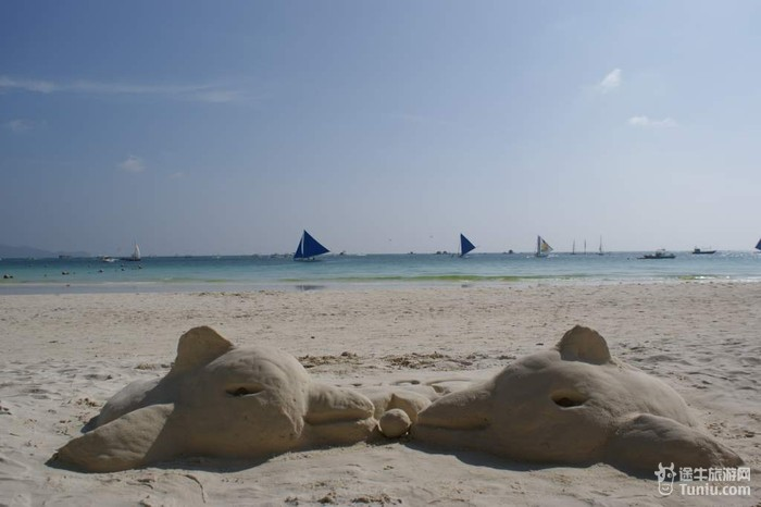 相比普吉岛光秃秃的一片白沙滩,上面躺满人,我更喜欢这种椰子树下,有图片