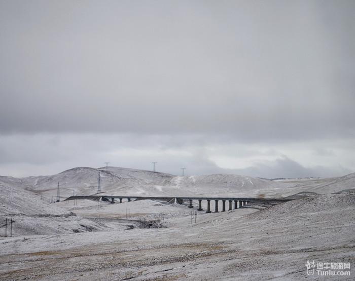 微风吹起,湖面泛起涟漪    青藏铁路沿途的风景