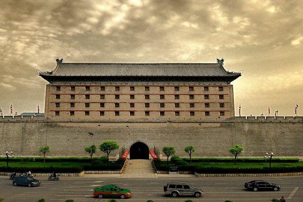 明城墙 西安城墙景区位于西安市中心区,呈长方形,墙高12米,底宽18米