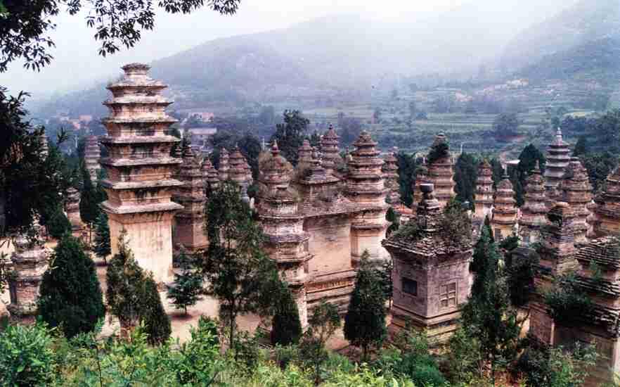 嵩山少林寺创建于北魏太和十九年(公元495年),地处中原腹地,与古都