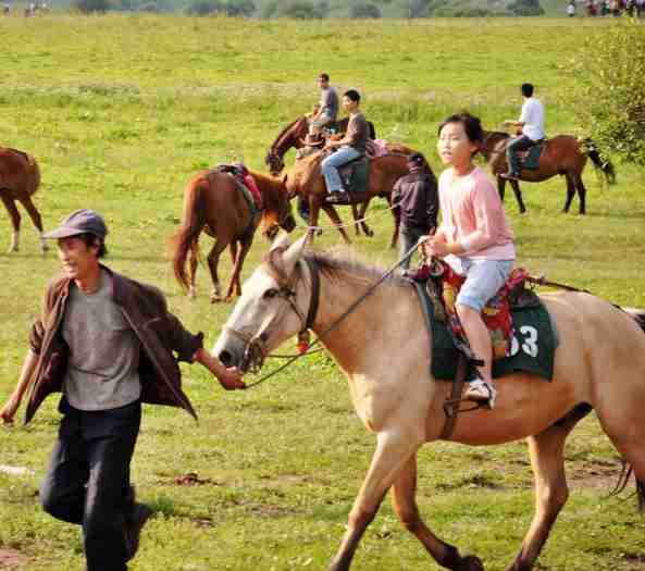 参加蒙古族神圣的祭祀活动——祭敖包,亲身感受千百年来蒙古人一直